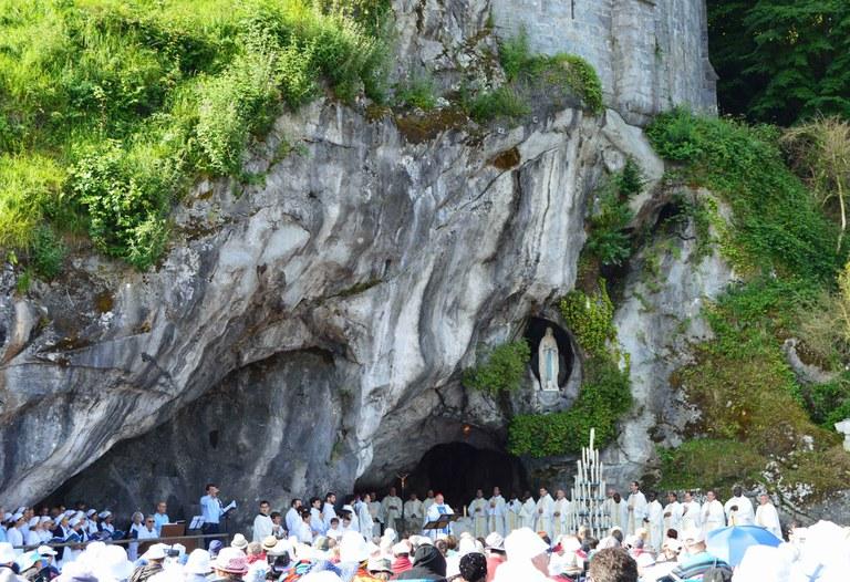 messe à la grotte (73).JPG